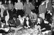 Nach der Ermordung von Rabin - Gedenken von deutschen und israelischen Jugendlichen auf dem Rathausplatz in Tel Aviv.