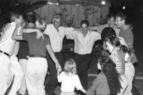Israelis und Deutsche beim Tanz nach einer Aufführung.